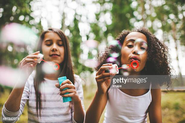 Süßes Mädchen Blasen Blasen im Freien