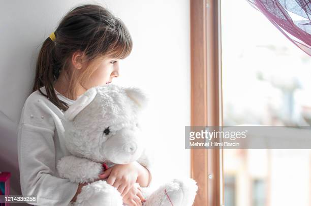 cute girls boring at home with her teddy bear - solo una bambina femmina foto e immagini stock