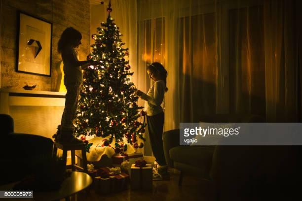 Süßes Mädchen dekorieren Weihnachtsbaum