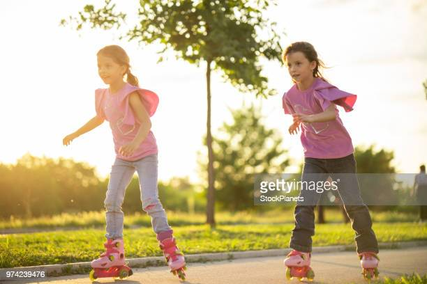cute girls racing on roller skates - 8 9 anni foto e immagini stock