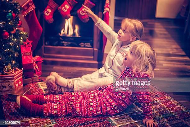 Süßes Mädchen sitzen in vor Weihnachtsbaum