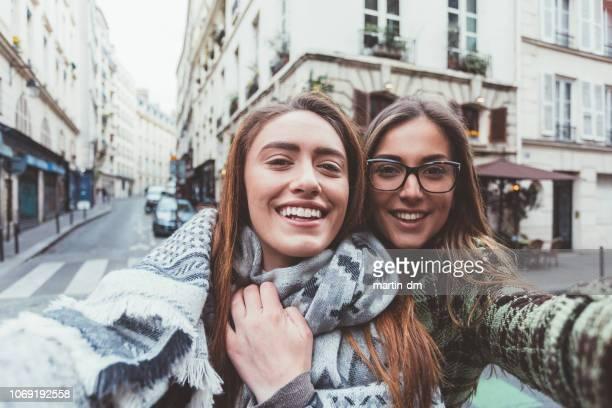 パリ旅行で selfies を取っているかわいい女の子 - セルフィー ストックフォトと画像
