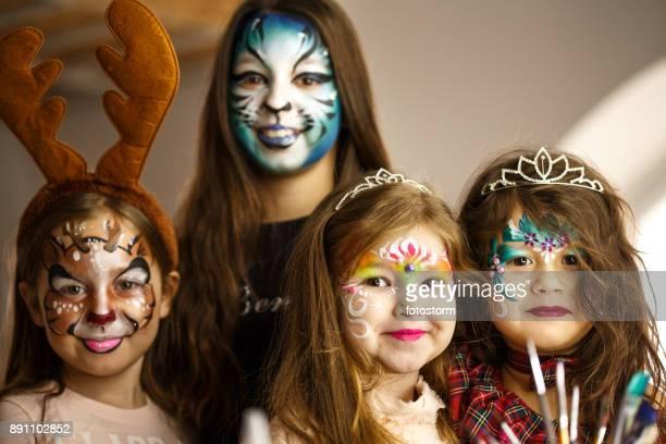 Niedlichen Mädchen mit bunten Gesicht Farben