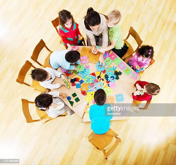 Süße Gruppe von Kindern im Kindergarten Lehrer.