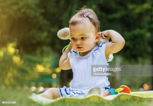 芝生で遊ぶかわいい幸せな赤ちゃん
