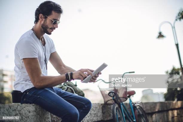 Niedliche Hipster mit touchpad