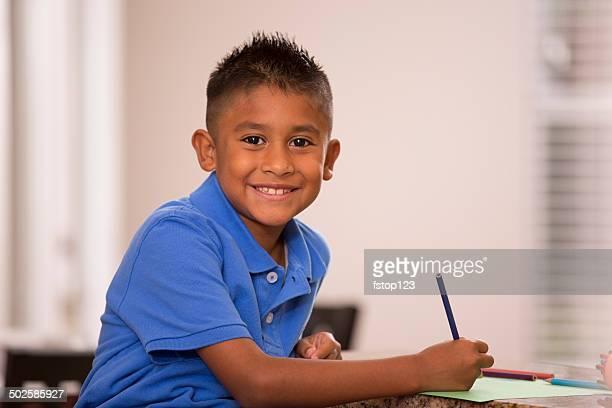 linda hispano niño no tiene deberes en casa cocina. - 8 9 años fotografías e imágenes de stock