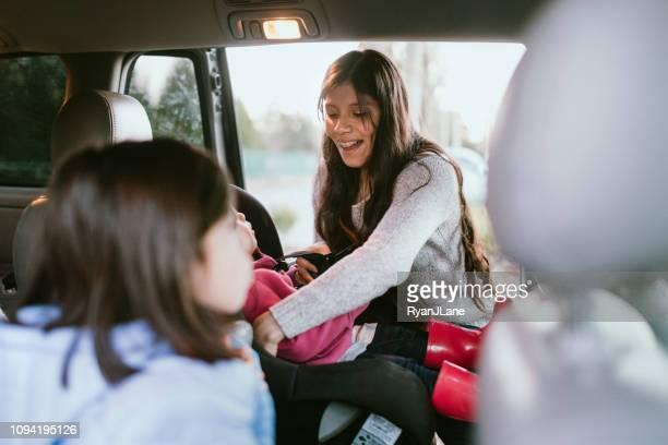 niedliche hispanische familie laden in ihr auto für einen ausflug - eintreten stock-fotos und bilder