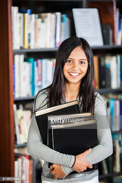 ragazza ispanica carina in biblioteca - cultura spagnola foto e immagini stock