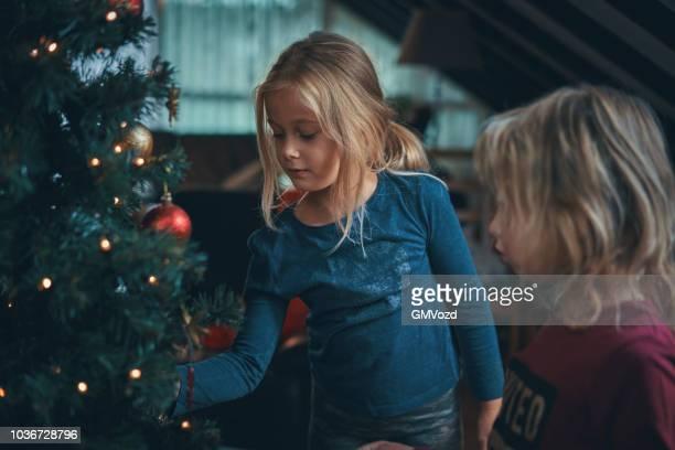 かわいい子供たちの装飾品、クリスマス ライト クリスマス ツリーを飾る