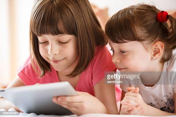Süße Kinder mit tablet PC