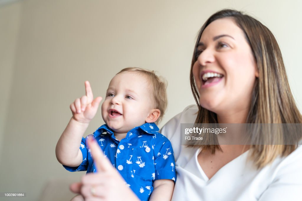 Bebezinho, aproveitando o dia com sua mãe em casa : Foto de stock