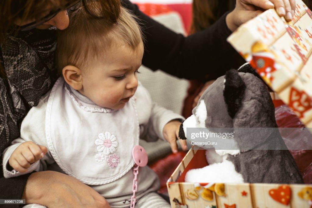 Niedliche Kleine Baby Mädchen öffnen Weihnachtsgeschenk Stock-Foto ...