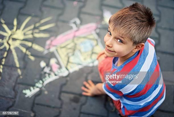 Joli petit garçon parties sur rue