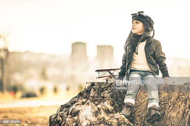 bonito pequeno garoto sonha tornar-s'um piloto - só um menino - fotografias e filmes do acervo