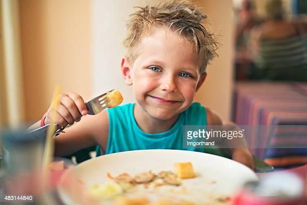 Carino piccolo ragazzo mangiare la cena