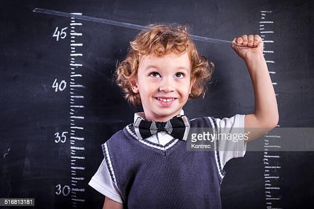 かわいい小さな男の子測定は、ルーラーの高さ