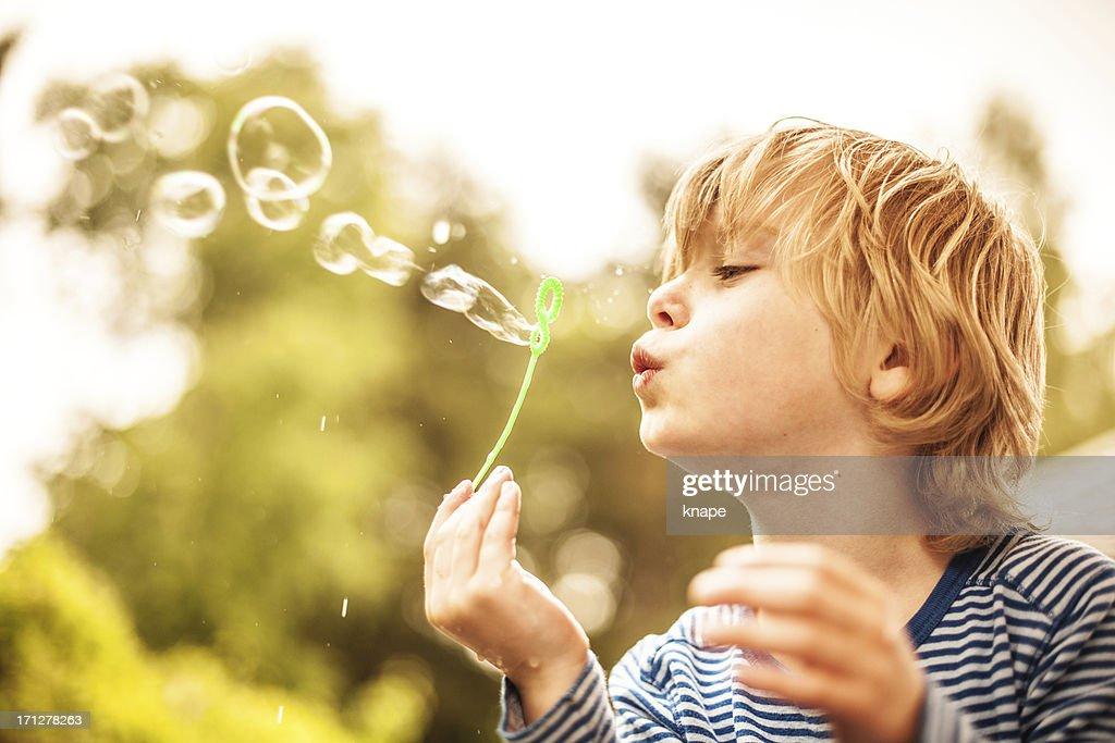 Süße kleine Junge Blasen Blasen im Freien : Stock-Foto
