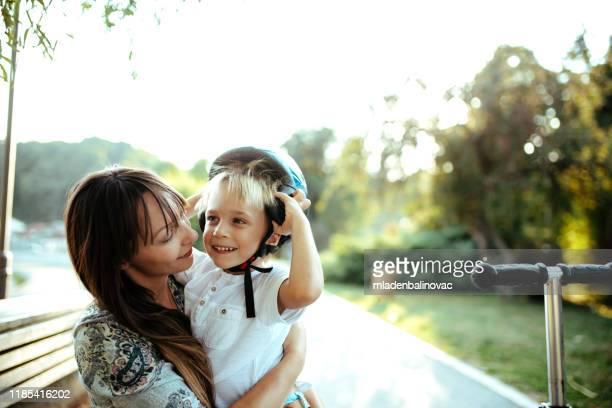 cute little boy playing outside with his mom. - attività all'aperto foto e immagini stock