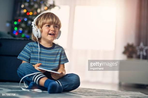 Lindo niño jugando con el regalo de Navidad