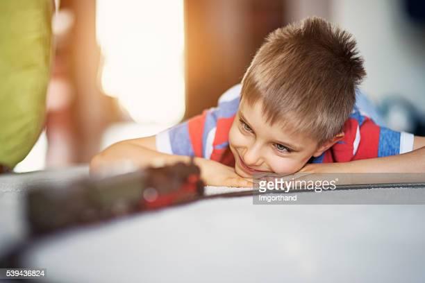niedlich kleines junge spielt mit miniatur-eisenbahn - ein junge allein stock-fotos und bilder
