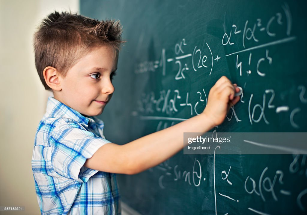 Cute little boy solving difficult mathematical problems : Stock-Foto