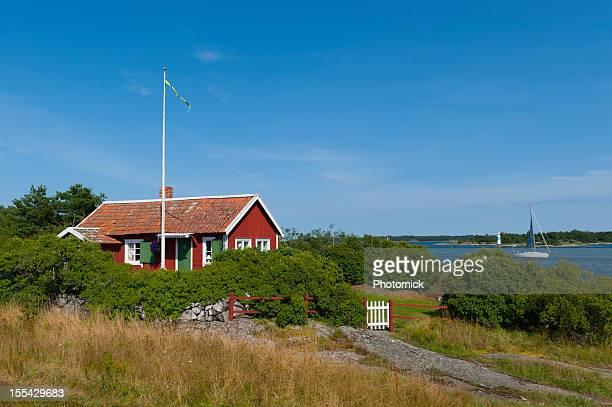 süße kleine hütte im archipel - schweden stock-fotos und bilder