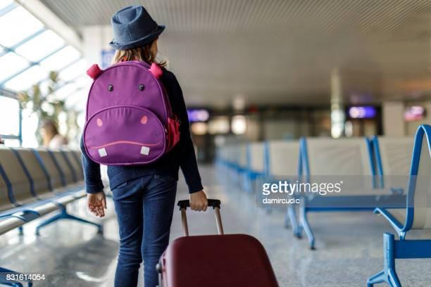 Schattig klein meisje op de luchthaven