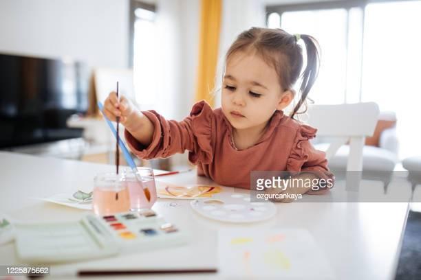 nettes kleines mädchen färbung mit wasserfarben - basteln stock-fotos und bilder