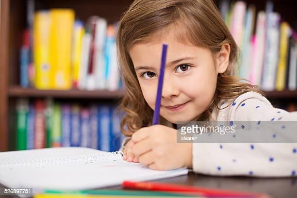 Süßes kleines Mädchen macht Hausaufgaben