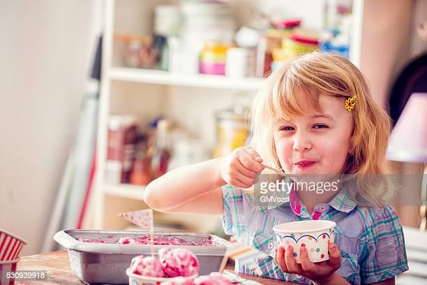 niedlich kleines mädchen isst erdbeere eiscreme - eisbecher stock-fotos und bilder