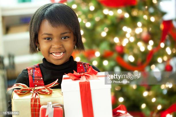 Linda niña la celebración de Navidad presenta en árbol