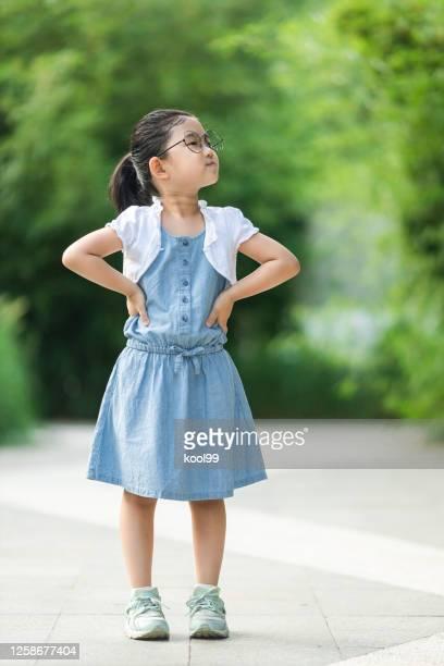 menina bonitinha olhando para o lado - girls with short skirts - fotografias e filmes do acervo