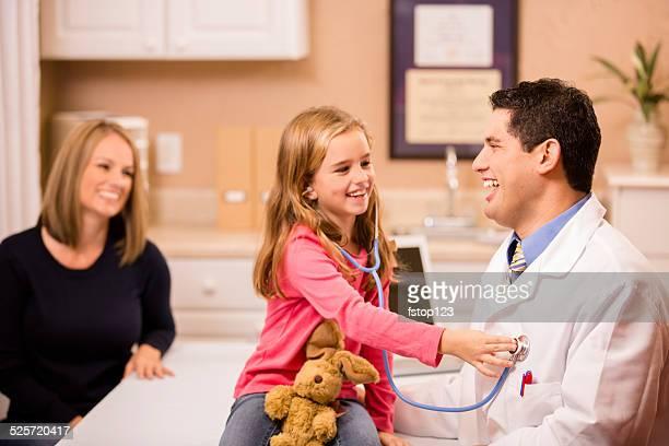 Jolie petite fille patient médecin pédiatre, mère. En descente.
