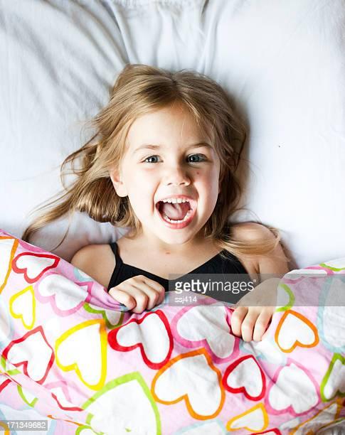 Rapariga engraçada a espreitar debaixo Cobre