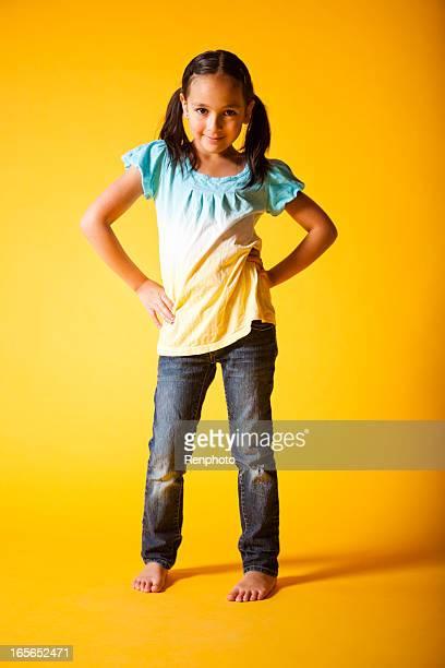 linda menina - fundo amarelo - fotografias e filmes do acervo
