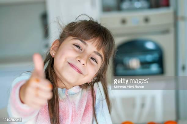 linda niña posando - dedo humano fotografías e imágenes de stock