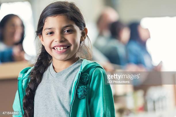 Mignonne petite fille souriante en association food bank