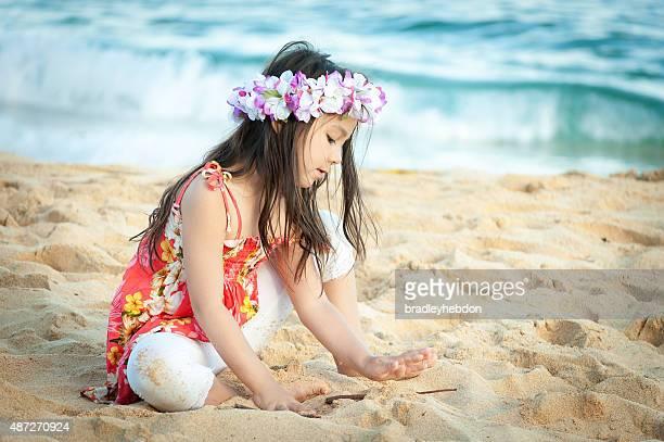Niedliche kleine Mädchen tragen ein lei spielt auf Hawaiian beach