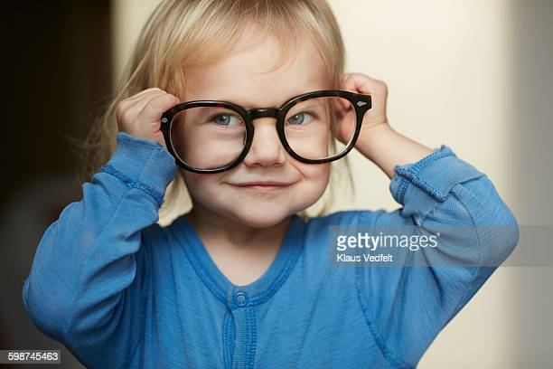 cute little girl wearing adult glasses - vorschulkind stock-fotos und bilder
