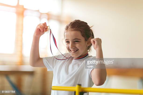 かわいい小さな女の子、最初のメダルます。