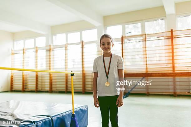 Joli fillette avec sa première médaille.
