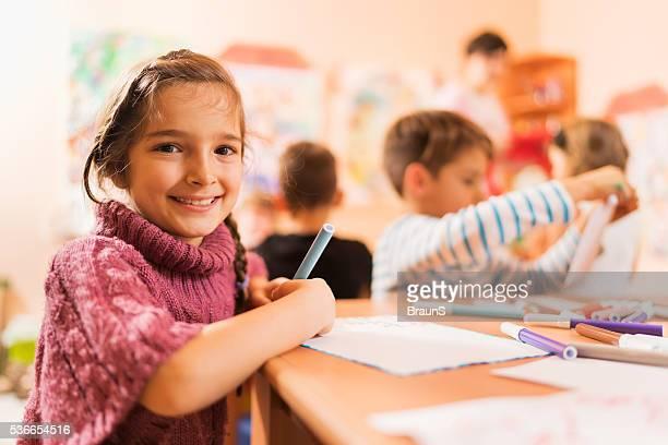 Joli fillette avec ses amis dans une école maternelle.