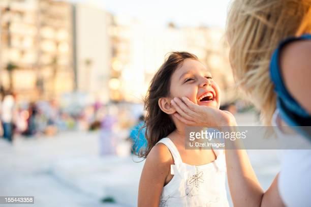 かわいい小さな女の子の彼女の母親