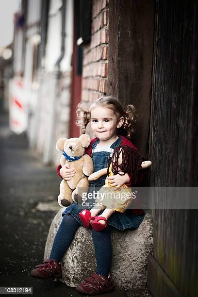 Süßes kleines Mädchen mit teddy