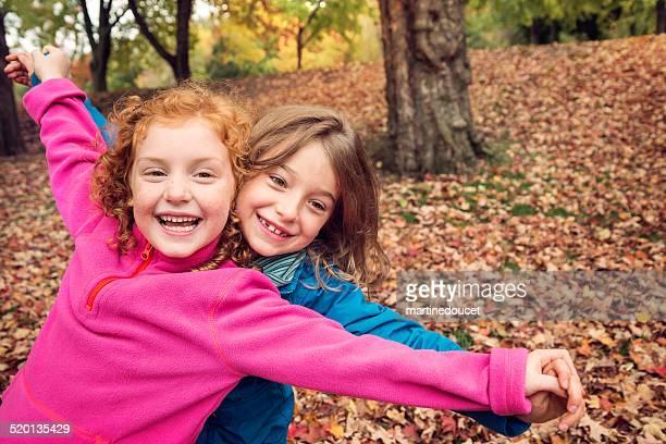 """linda niñas jugando al aire libre en otoño la naturaleza. - """"martine doucet"""" or martinedoucet fotografías e imágenes de stock"""