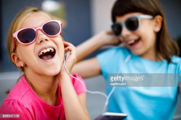 leuke kleine meisjes zingen hun lievelingsliedje - 10 11 jaar stockfoto's en -beelden