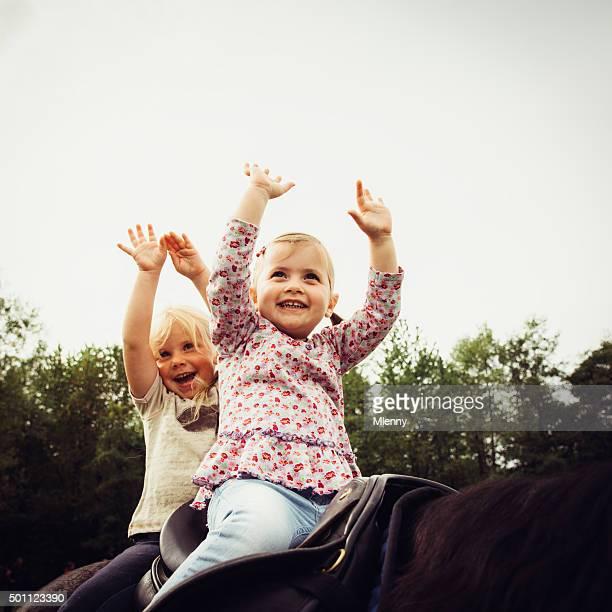 Niedliche kleine Mädchen Lächeln und lernen und Reiten