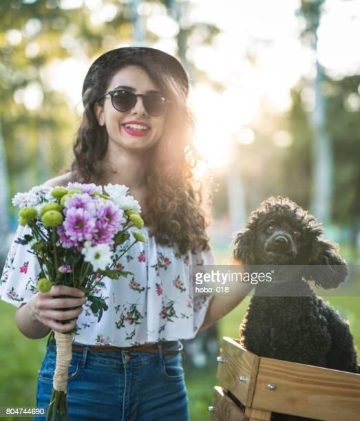 mignon petit chien caniche dans le panier de vélo - printemps humour photos et images de collection