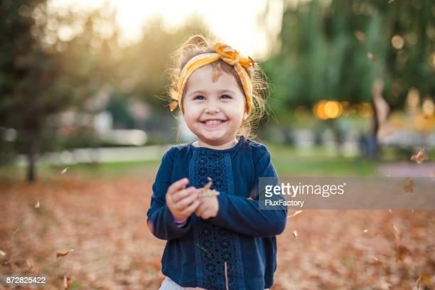 niedlich kleines lächeln - kleinstkind stock-fotos und bilder